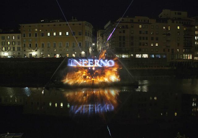 INFERNO - Folla su lungarno a Firenze per proiezione clip Inferno  Tra Uffizi e Ponte Vecchio, giochi di luce e immagini 3D
